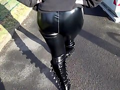 Gothic Teen Outdoor in Lackleggings und Boots