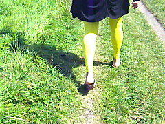 leggings-girl - 0413 - walking in yellow legging