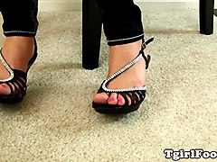 Foot fetish tranny takes off her highheels